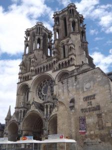 cathedrale de laon dans les hauts de france 225x300 - cathedrale-de-laon-dans-les-hauts-de-france