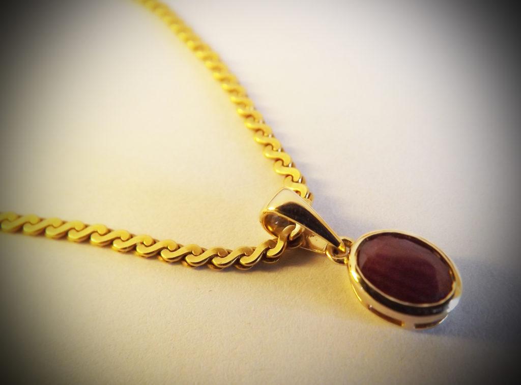 collier or et rubis juwelo 1024x757 - Pendentif Or jaune et Rubis - Bijouterie Juwelo