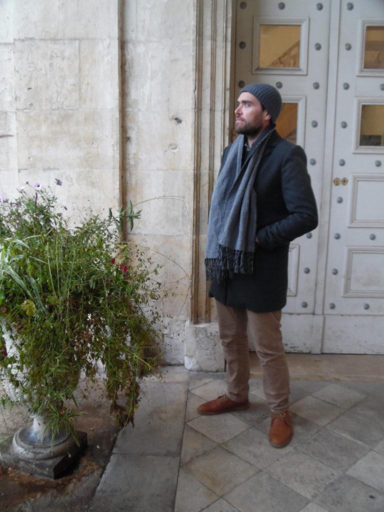 homme avec bonnet laine freuviette 768x1024 - Quel bonnet choisir pour l'hiver : Di Carlo cachemire