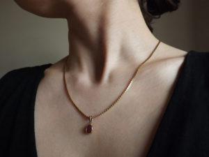 pendentif en or et rubis 300x225 - pendentif-en-or-et-rubis