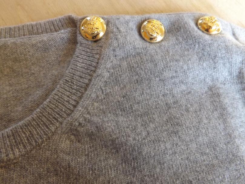 pull gris en cachemire boutons or - Pull en Cachemire et Barrette or - La marque Astrid Préel