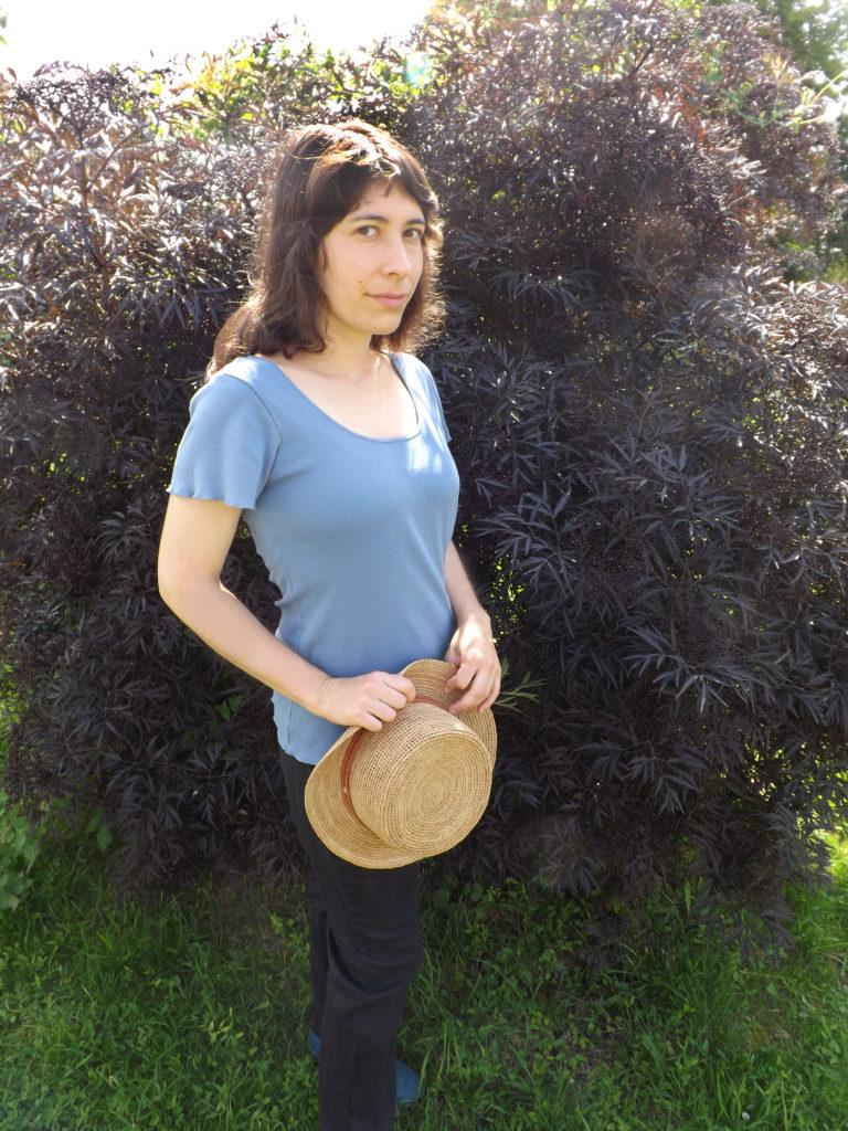 t shirt bleu chapeau campagne 768x1024 - Mon chapeau d'été - Chapellerie Traclet